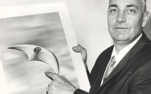 Kenneth Arnold with a artist's rendition of what he saw. From: http://thepandorasociety.com/june-24th-1947-flying-saucers-over-washington/